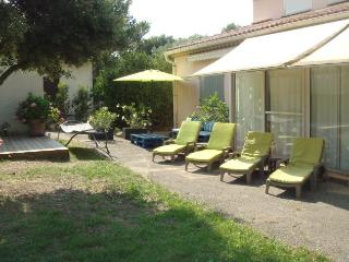 Nice Villa with Internet Access and Dishwasher - Eyragues vacation rentals
