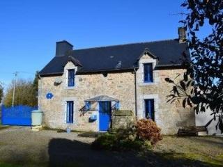 Beautiful Cosy Granite Cottage with Large Garden - Saint Nicolas du Pelem vacation rentals