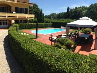 Two bedroom Lucca holiday apartment with outdoor p - Lucca vacation rentals