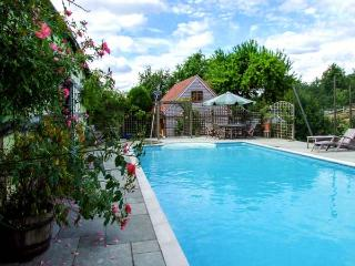 THE STABLES, ground floor cottage, romantic, WiFi, woodburner, private heated swimming pool, near Pembridge, Ref 922612 - Pembridge vacation rentals