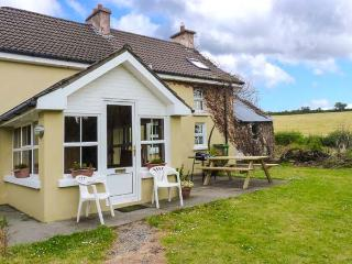 KNOCKS FARMHOUSE, open fire and woodburner, en-suite, pet-friendly cottage near Ballinascarty, Ref. 925401 - Enniskeane vacation rentals