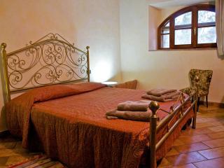 Comfortable 3 bedroom Poggibonsi Apartment with Microwave - Poggibonsi vacation rentals
