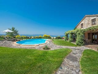 Nice Villa with Internet Access and Shared Outdoor Pool - Grutti vacation rentals