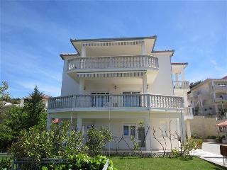 Beautiful ground floor apartment 1433 - Okrug Gornji vacation rentals