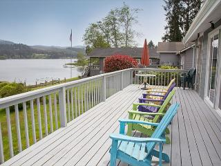 Cozy Lakefront Cottage, beautifully furnished with amazing lake views - Lincoln City vacation rentals