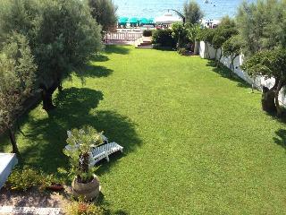 villa con giardino  prima fila mare - Terracina vacation rentals