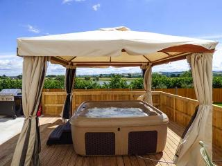 JER & MER'S PLACE, detached, hot tub, woodburner, views of Durleigh Resevoir, near Bridgwater, Ref 924201 - Wembdon vacation rentals