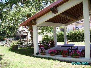 Stupendo casale e piscina tra le colline di Gubbio - Sigillo vacation rentals