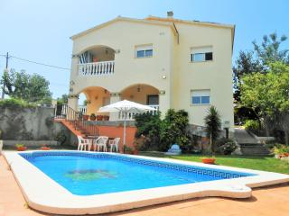 Villa Zaragoza piscina privada en la COSTA  DORADA - El Vendrell vacation rentals