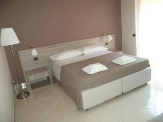 Cozy 3 bedroom San Cesario di Lecce Bed and Breakfast with Microwave - San Cesario di Lecce vacation rentals