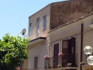 Bright 2 bedroom Leonforte Townhouse with A/C - Leonforte vacation rentals