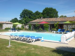 Bright 4 bedroom Gite in Chenac-Saint-Seurin-d'Uzet with Internet Access - Chenac-Saint-Seurin-d'Uzet vacation rentals