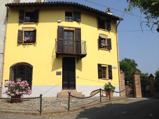 Nice House with Internet Access and Outdoor Dining Area - Mombaruzzo vacation rentals