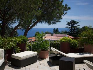 Trilocale con ampio terrazzo vista mare - Varazze vacation rentals
