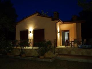 Villa con piscina a pochi km dal mare - Nibbiaia vacation rentals