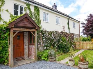 THE HOLLYBUSH, super king-size bedroom, off road parking, enclosed garden, in Presteigne, Ref 22138 - Presteigne vacation rentals