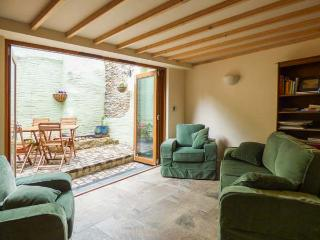 THE OLD SMITHY, terraced cottage, en-suites, woodburner, courtyard with BBQ, in Lostwithiel, Ref 922728 - Lostwithiel vacation rentals