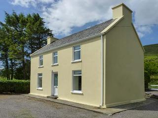 BAY VIEW, pet-friendly detached cottage in countryside, close to coast, in Ballinskelligs, Ref 925670 - Ballinskelligs vacation rentals