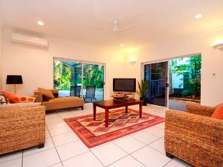 Bright 4 bedroom House in Palm Cove with Internet Access - Palm Cove vacation rentals