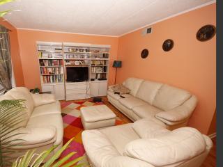 2 bedroom Condo with A/C in Rosemont - Rosemont vacation rentals
