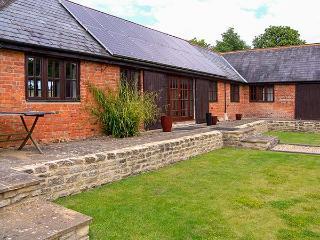 ROWDECROFT FARM BYRE, single-storey, open plan, bedrooms en-suite, in Rowde, Ref 914239 - Rowde vacation rentals