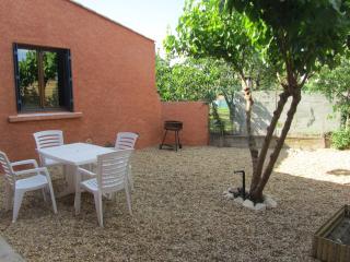 petite maison mitoyenne dans village, au calme - Caux vacation rentals