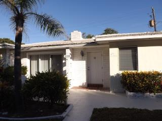 Spacious 1 Bedroom sleeps 6! yards from the beach! - Pompano Beach vacation rentals