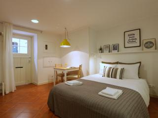 Comfortable studio:Alfama/belvedere Portas do Sol - Lisbon vacation rentals