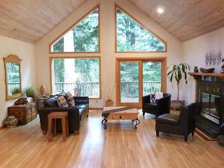 Wild Horses Home of Arcata - Beautiful with vaulted ceilings & large deck - Arcata vacation rentals