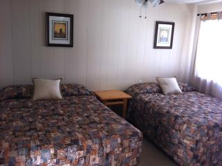 Condo 1B, sleeps 6, 2 bedroom, 1  bath, no kitchen - Red River vacation rentals