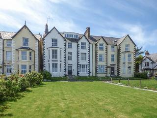 SEA VIEW APARTMENT, beach across road, sea views from most rooms, WiFi, in Llanfairfechan, Ref 924749 - Llanfairfechan vacation rentals