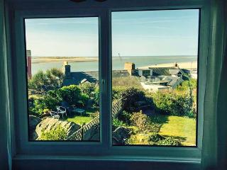 BASE HOUSE, elevated terrace cottage, en-suites, pet-friendly, enclosed garden, in Aberdovey, Ref 923983 - Aberdovey vacation rentals