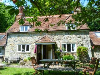 LISLE COMBE COTTAGE, flexible zip/link bed, ground floor bedroom, WiFi, pretty garden with coastal views, short walk to beach near Ventnor, Ref 926287 - Ventnor vacation rentals