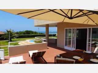 Beach front apartment with direct access to pool. - Vila Nova de Gaia vacation rentals