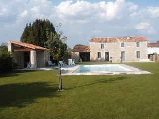 Gite  de charme avec piscine privée  en Vendée - Fontenay-le-Comte vacation rentals