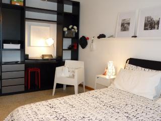 Black&White Careggi, bright, stilish, wifi - Florence vacation rentals