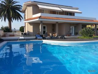 villa elegante al mare con piscina - Marina di Capitana vacation rentals
