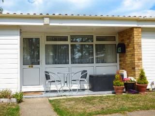 THE CHALET, a single storey chalet near Norfolk Broads, close RSPB reserves in Burgh Castle near Great Yarmouth, Ref 15718 - Norfolk vacation rentals