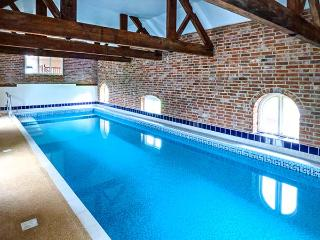 NEWFIELD GREEN FARM COTTAGE, quality cottage with swimming pool, games room, garden, WiFi, Marchington Ref 916852 - Uttoxeter vacation rentals