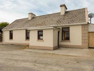 DAN'S COTTAGE, tradtional cottage, solid fuel stove, pet-friendly, close to Inagh and Lahinch, Ref 925062 - Lahinch vacation rentals
