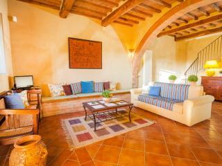 I MELOGRANI II: 3BDR Tuscan villa,view,pool,WiFi - San Giovanni d'Asso vacation rentals