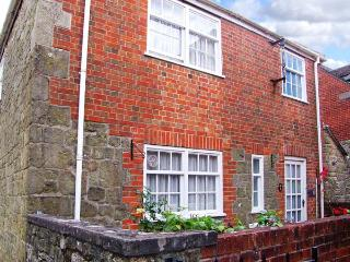 SLOE COTTAGE, Grade II listed stone cottage, WiFi, parking, central location, in Shaftesbury, Ref 912355 - Shaftesbury vacation rentals
