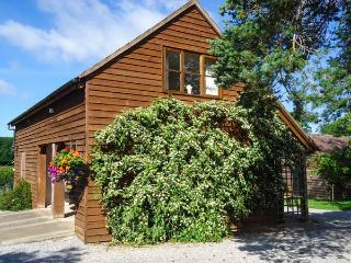 THE COACH HOUSE, first floor apartment with balcony, WiFi, off road parking, in Newent Ref 914262 - Newent vacation rentals