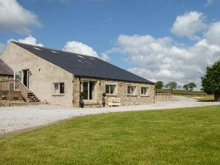 PENDLE VIEW, superb barn conversion with great views, WiFi, balcony, grounds, Settle Ref 914776 - Settle vacation rentals