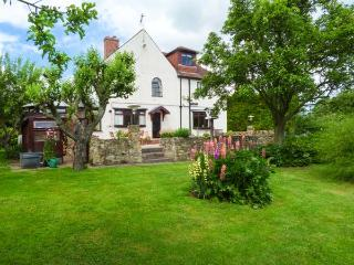 PRINGLES ORCHARD, detached, woodburner, pond and stream in garden, near Peak District in Carlton-in-Lindrick, Ref 926068 - Carlton in Lindrick vacation rentals