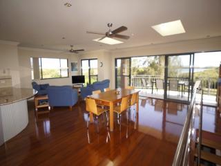 Gorgeous 4 bedroom House in Tea Gardens - Tea Gardens vacation rentals