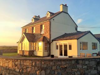 Nice Farmhouse Barn with Internet Access and Television - Dinas Dinlle vacation rentals