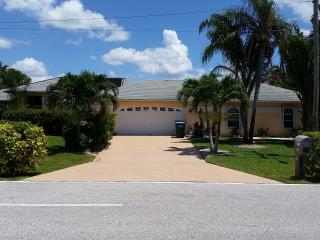Villa Dolphin,Freshwater canal, sleep 6 - Cape Coral vacation rentals