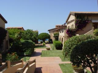 comodo appartamento sul mare con piscina - Lu Bagnu vacation rentals
