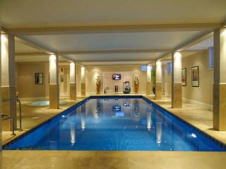 THE RETREAT, over three floors, swimming pool, gym, parking, patio, in Lincoln, Ref 920772 - Lincoln vacation rentals